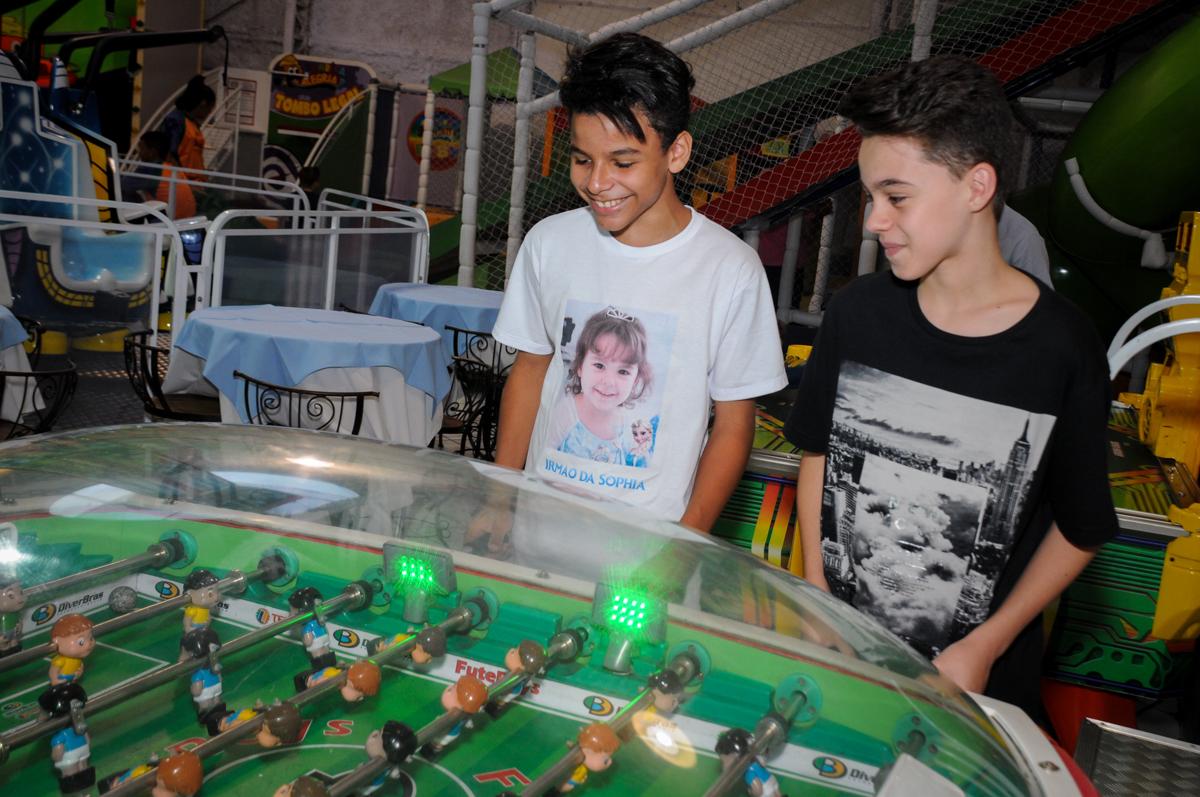 o irmão da aniversariante jogando no pebolim  no Buffet Fábrica da Alegria, Morumbi