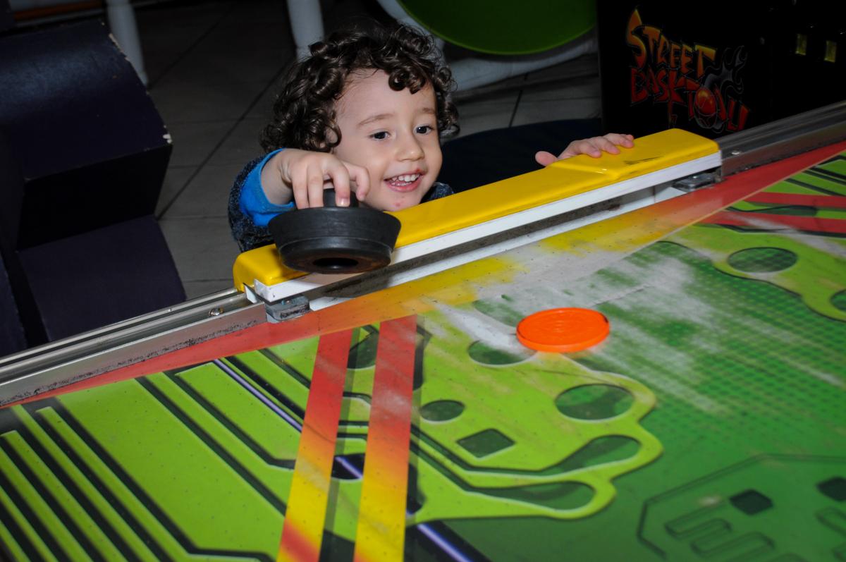 amiguinho brinca no futebol de mesa no Buffet Fábrica da Alegria, Morumbi