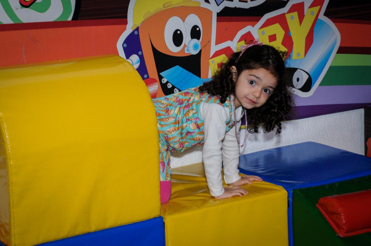 a convidada brinca na área baby no Buffet Fábrica da Alegria, Morumbi