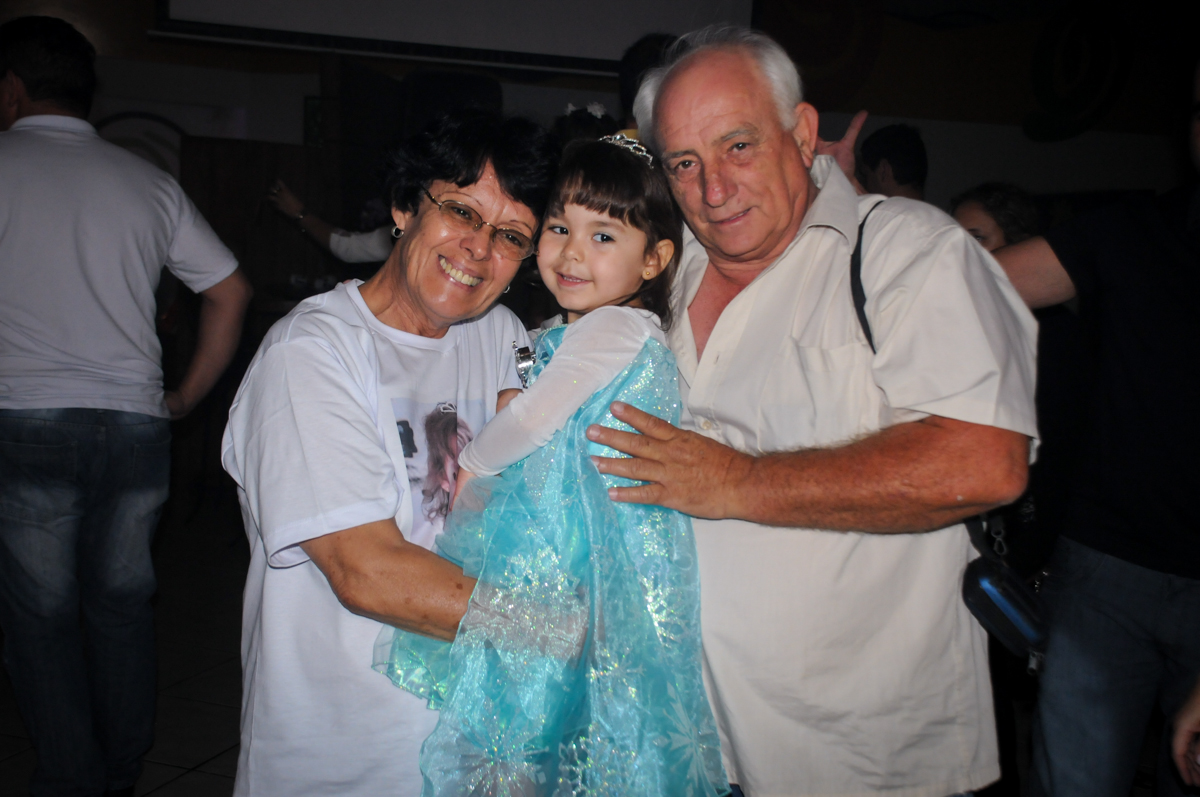 sophia é fotografada com os avós no Buffet Fábrica da Alegria, Morumbi