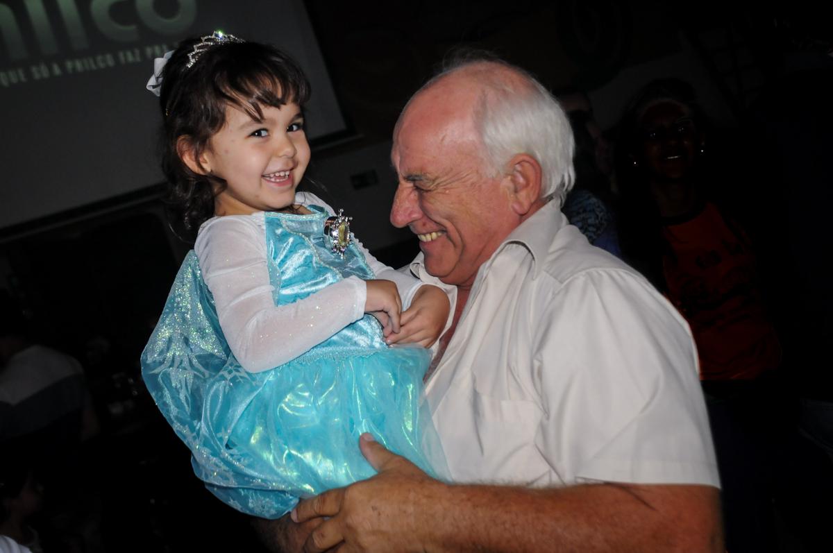 foto da aniversariante com o vovô no Buffet Fábrica da Alegria, Morumbi