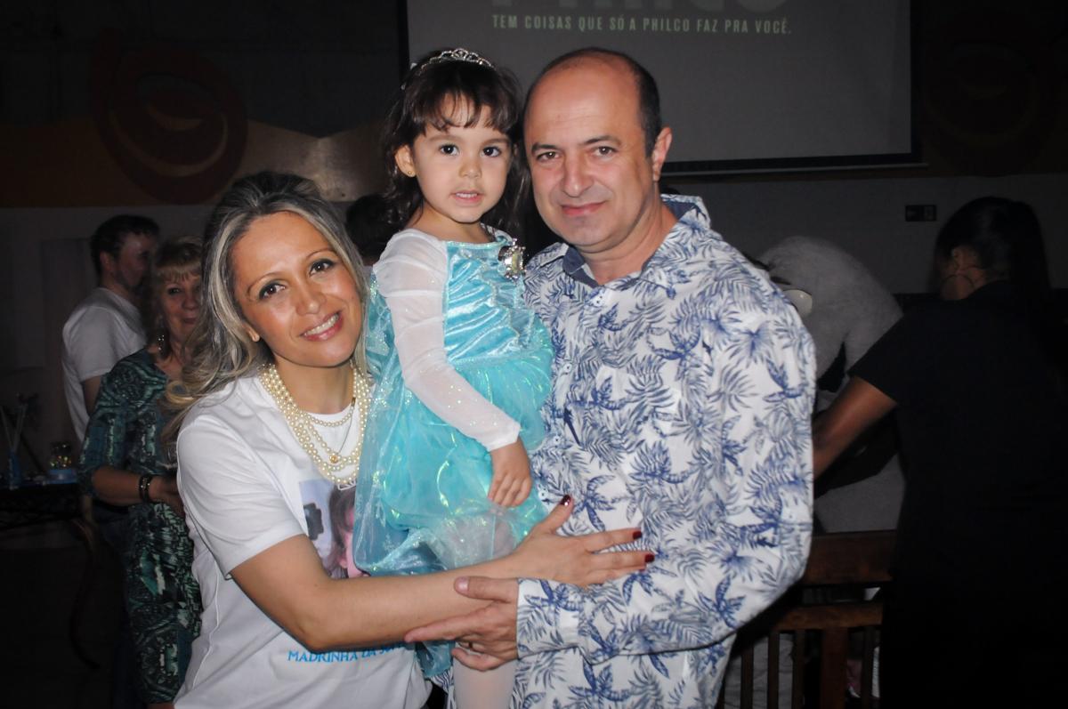 sophia é fotografada com os padrinhos no Buffet Fábrica da Alegria, Morumbi