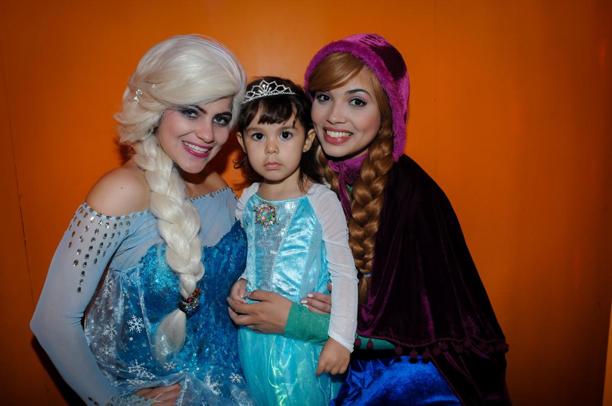 Sophia com a Ana e a Elsa na máquina do parabéns no Buffet Fábrica da Alegria, Morumbi