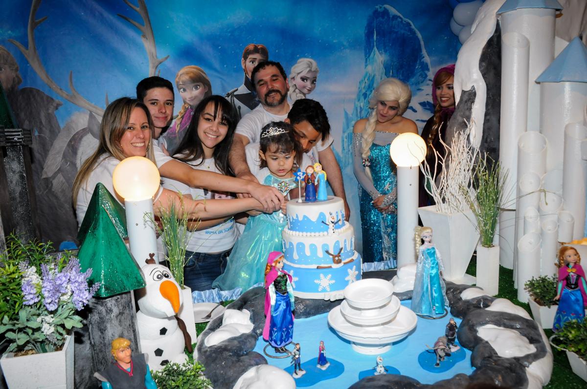 sophia e sua família cortam o bolo de aniversário no Buffet Fábrica da Alegria, Morumbi