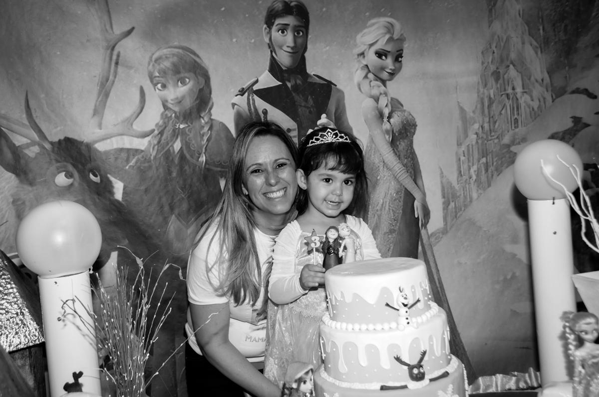 foto de sophia com sua mãe na mesa decorada frozen no Buffet Fábrica da Alegria, Morumbi