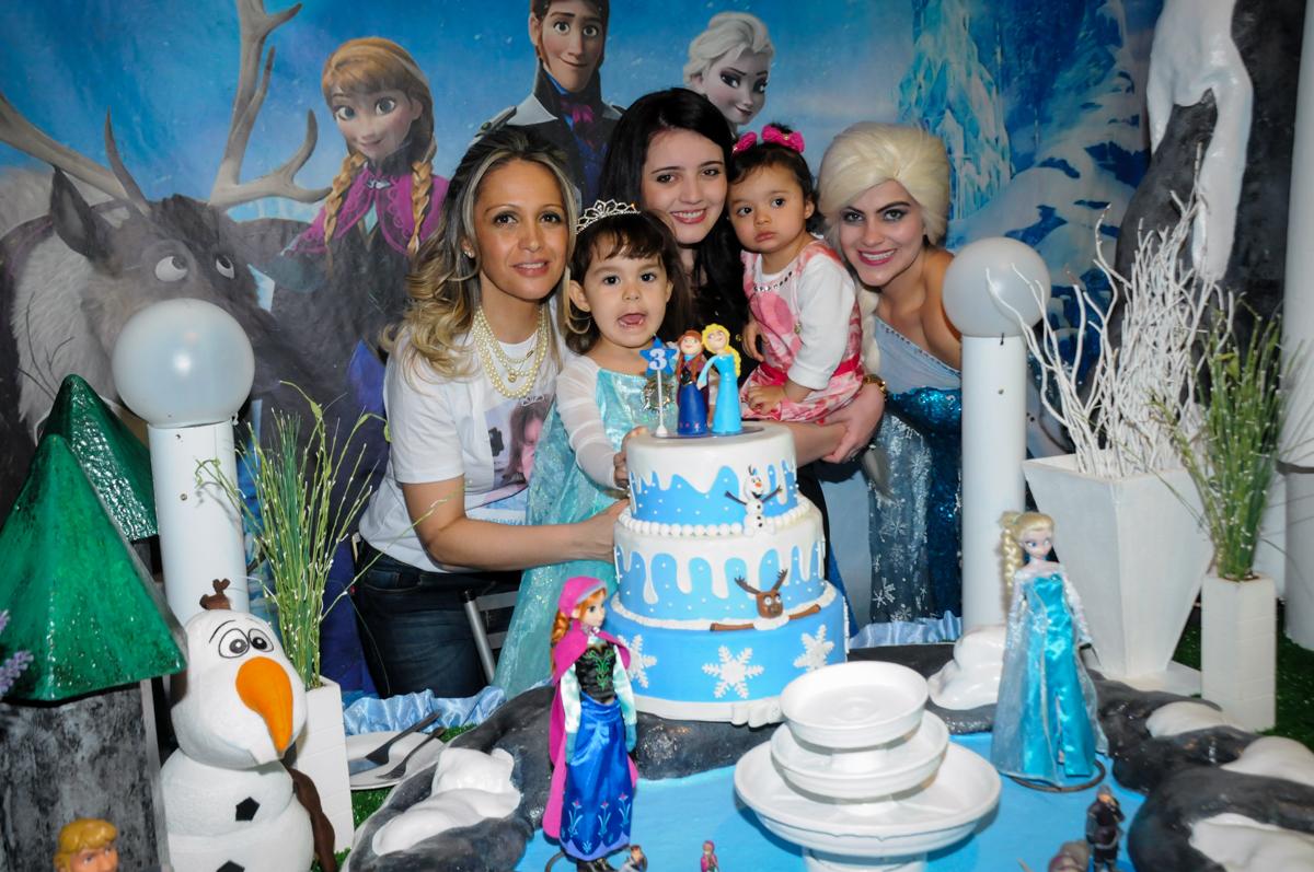 foto da família na mesa do bolo decorada frozen no Buffet Fábrica da Alegria, Morumbi