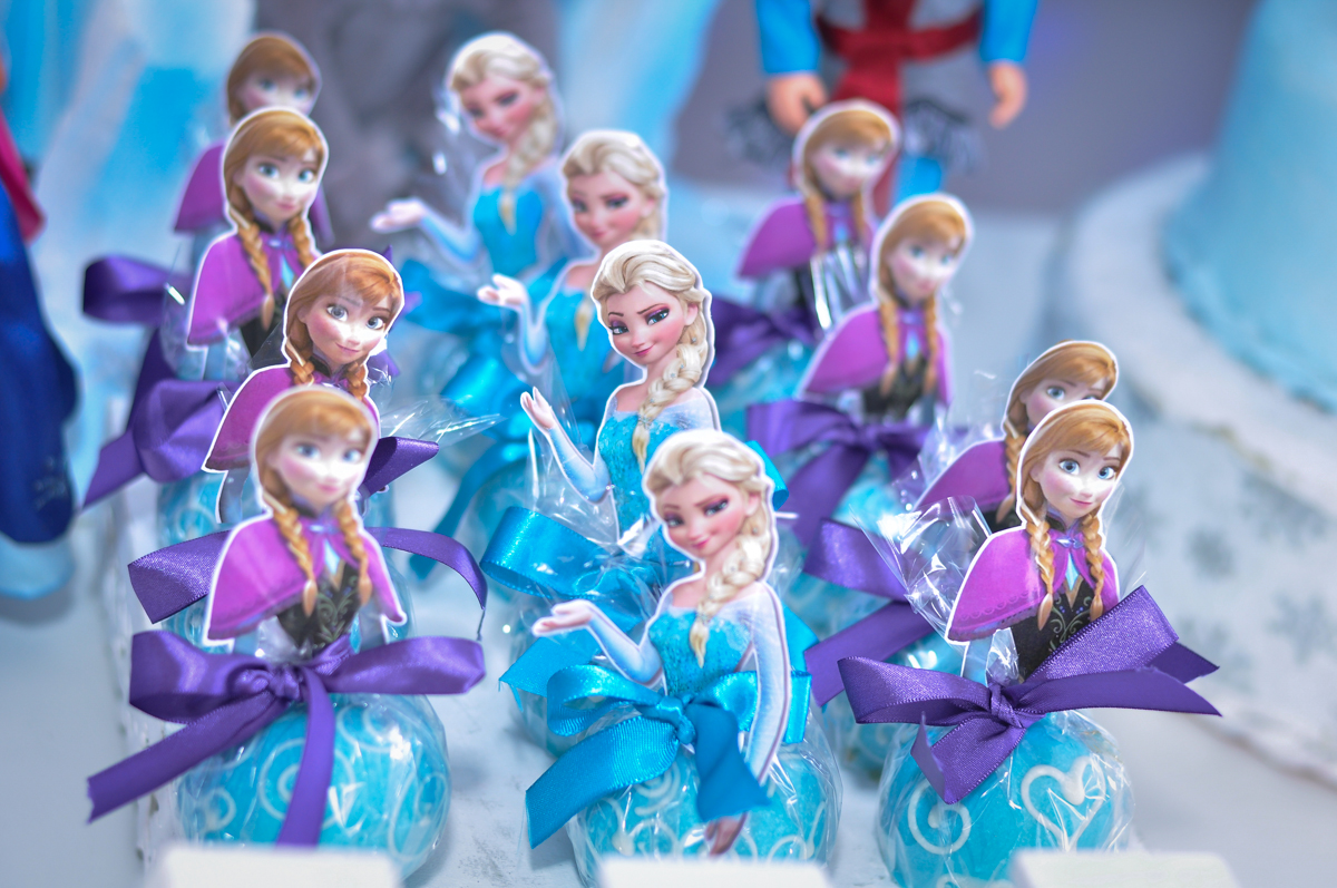mesa decorada no Condomínio São Paulo, SP, tema da festa Frozen