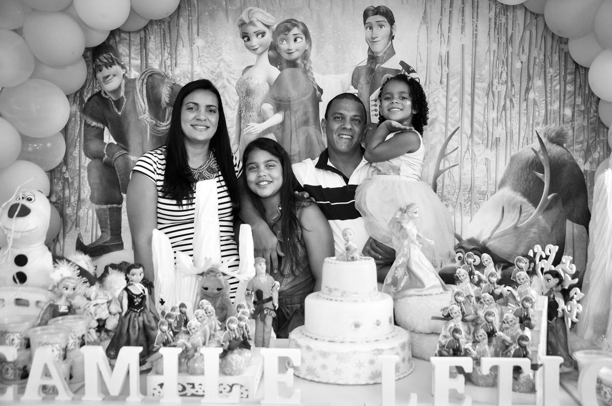 foto da família no Condomínio São Paulo, SP, tema da festa Frozen