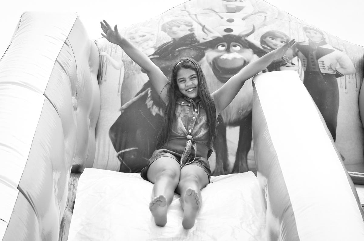 camile 10 anos também se divete no escorregador inflável no Condomínio São Paulo, SP, tema da festa Frozen