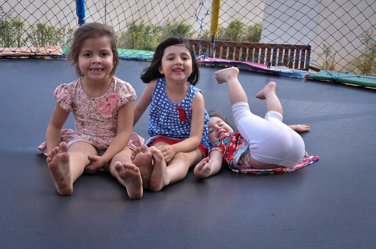 O pula pula é grande e cabe muitas crianças no Condomínio São Paulo, SP, tema da festa Frozen