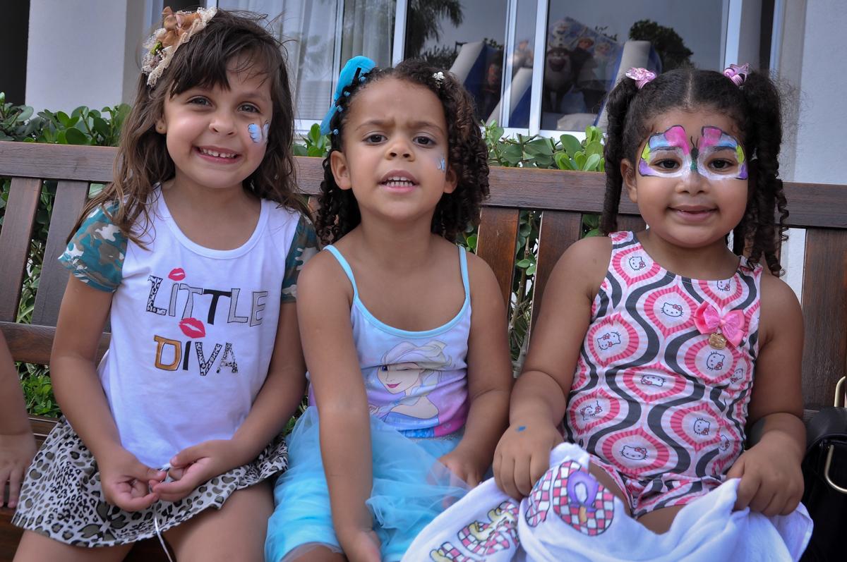 Letícia adora brincar com suas amigas em sua festa no Condomínio São Paulo, SP, tema da festa Frozen