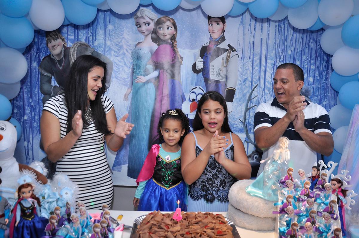 todos cantam parabéns para as aniversariantes no Condomínio São Paulo, SP, tema da festa Frozen