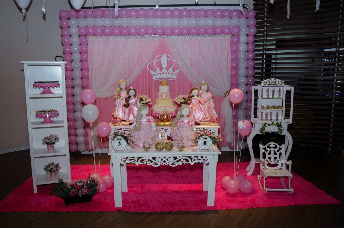 decoração da festa da victória 1 aninho no buffet amazing, alphaville,sp, tema da mesa bonecas princesas
