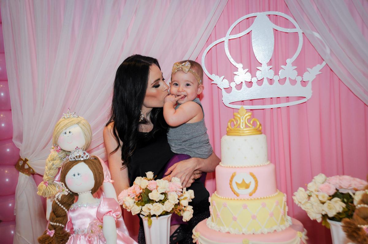 victória ganha beijinho de sua mãe no buffet amazing, alphaville,sp, tema da mesa bonecas princesas