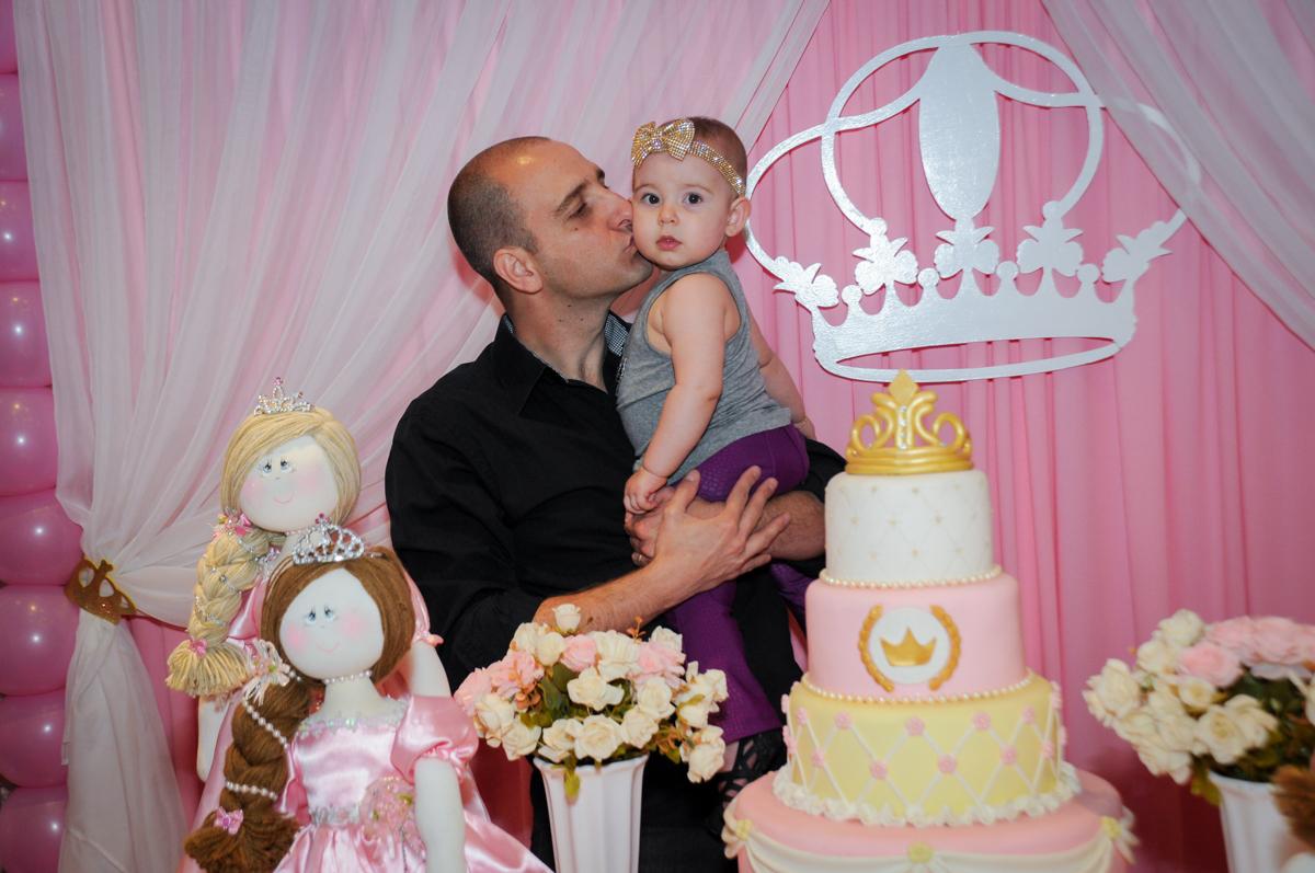 o papai também da beijinho em victória no buffet amazing, alphaville,sp, tema da mesa bonecas princesas