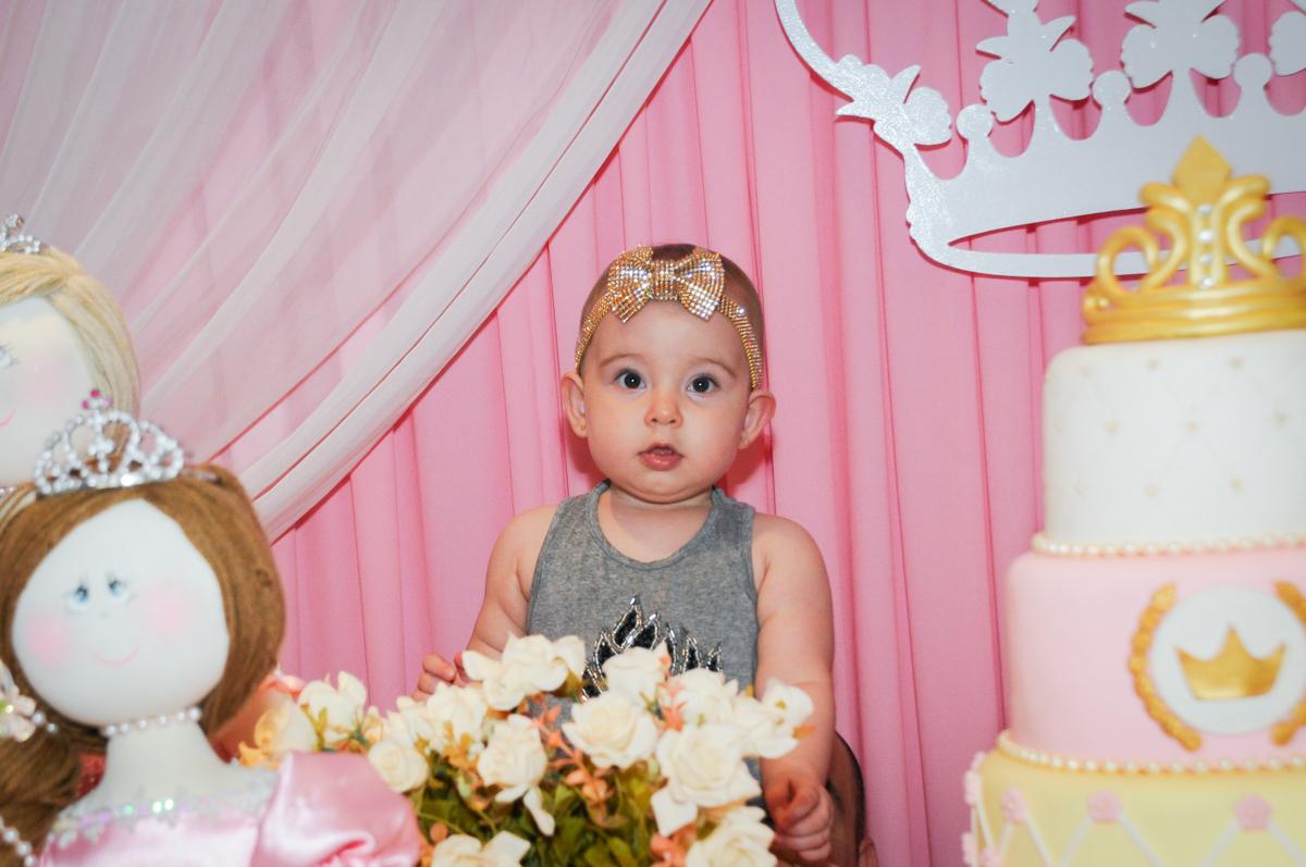 foto da aniversariante no buffet amazing, alphaville,sp, tema da mesa bonecas princesas