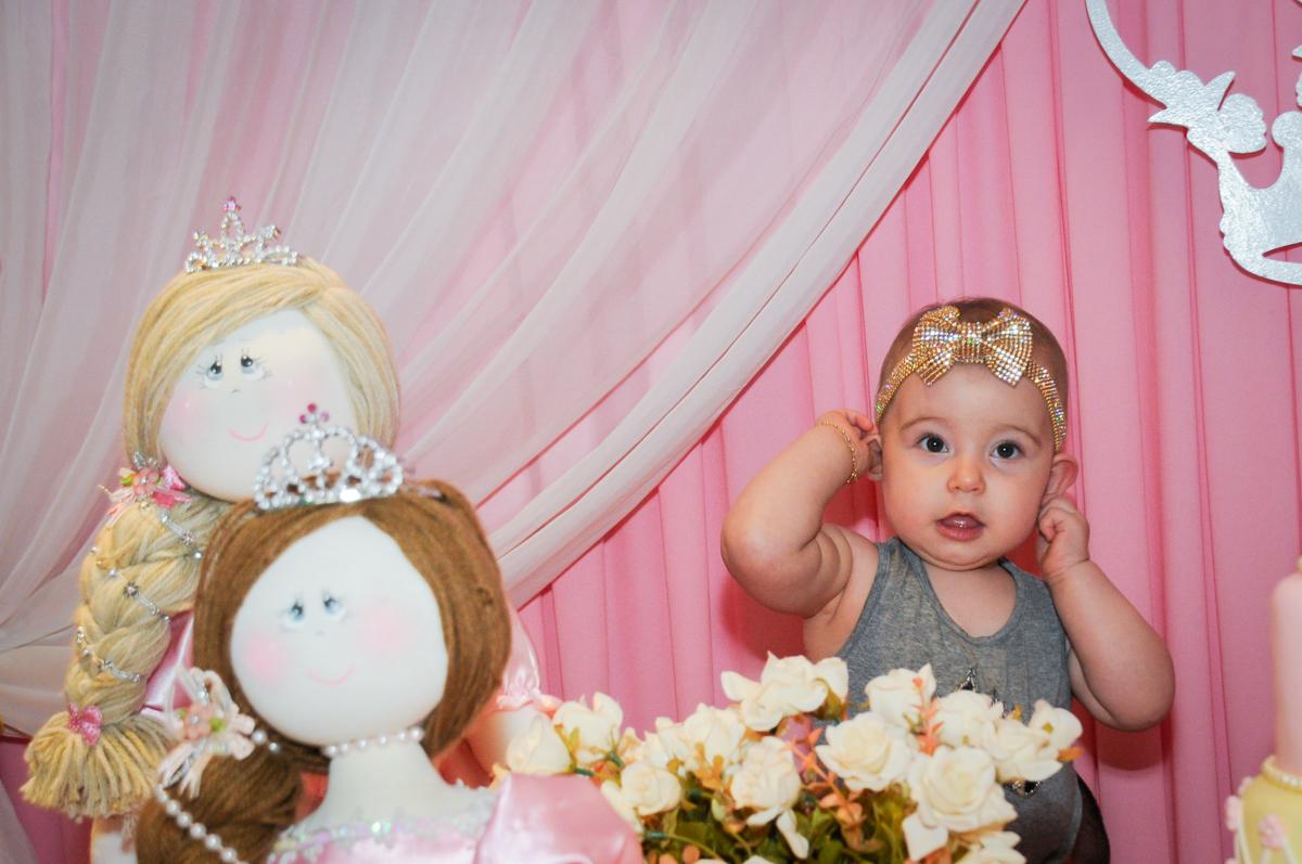 posando para foto em sua fesra no buffet amazing, alphaville,sp, tema da mesa bonecas princesas