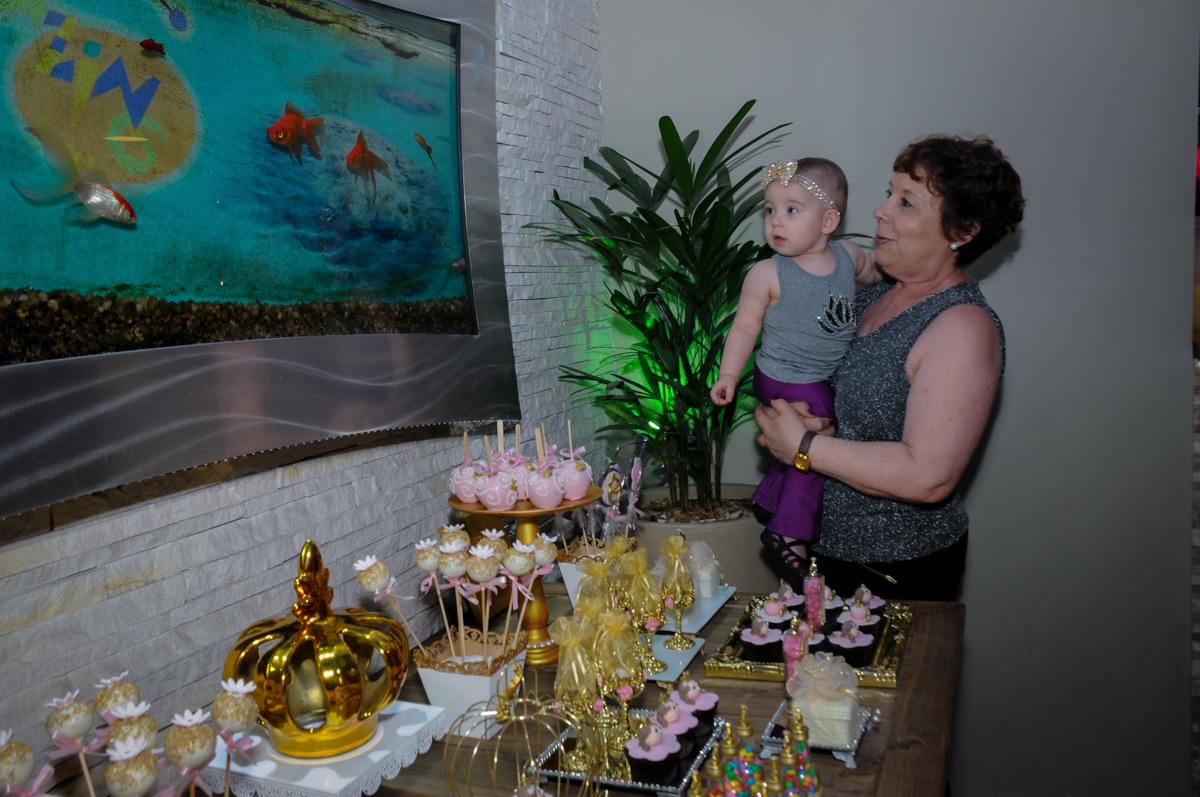 a aniversariante se diverte na mesa de guloseimas no buffet amazing, alphaville,sp, tema da mesa bonecas princesas