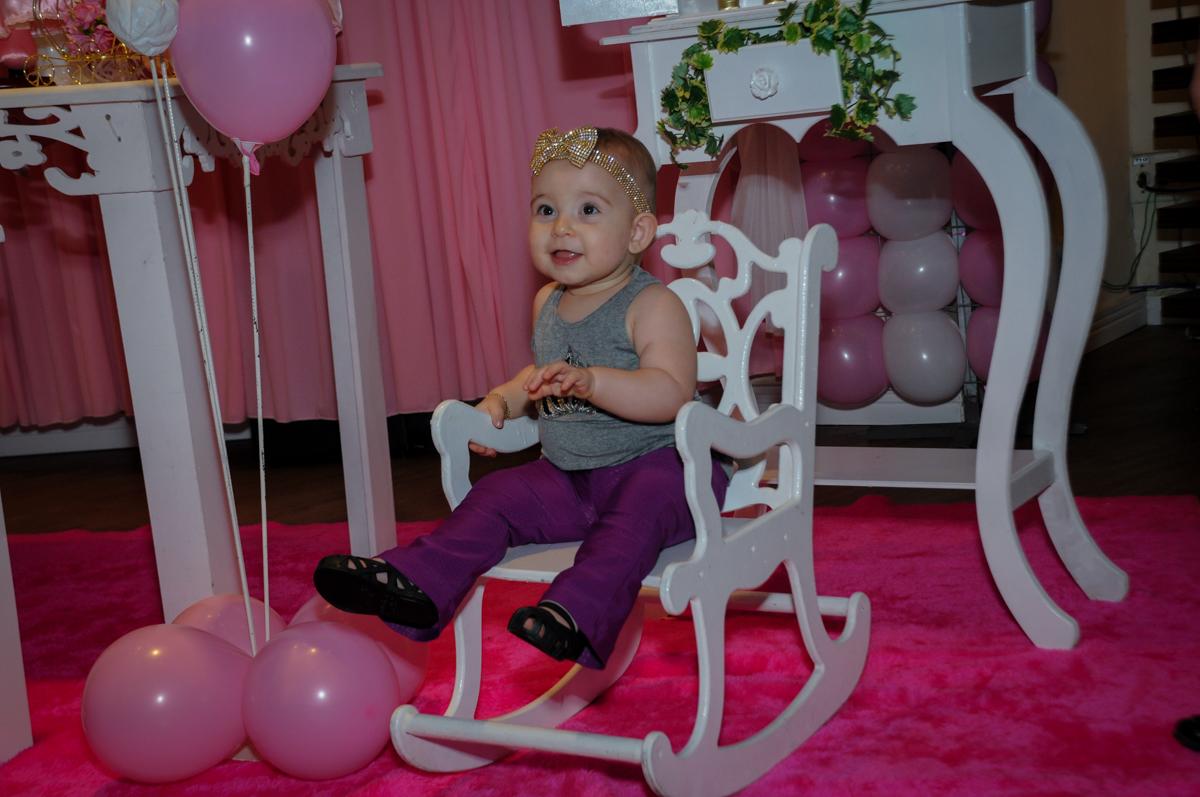 victória brinca na cadeira de balanço no buffet amazing, alphaville,sp, tema da mesa bonecas princesas