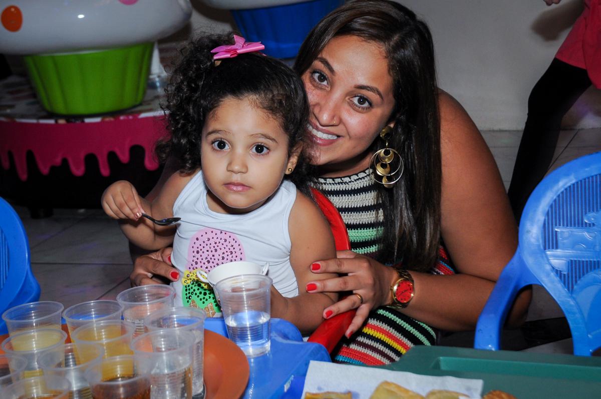 amiguinha também participa do lanchinho no buffet amazing, alphaville,sp, tema da mesa bonecas princesas