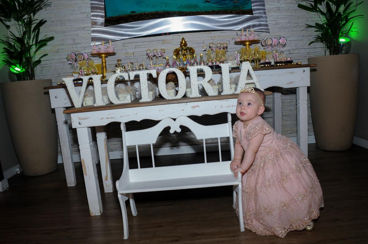 victória posa para foto vestida de princesa no buffet amazing, alphaville,sp, tema da mesa bonecas princesas