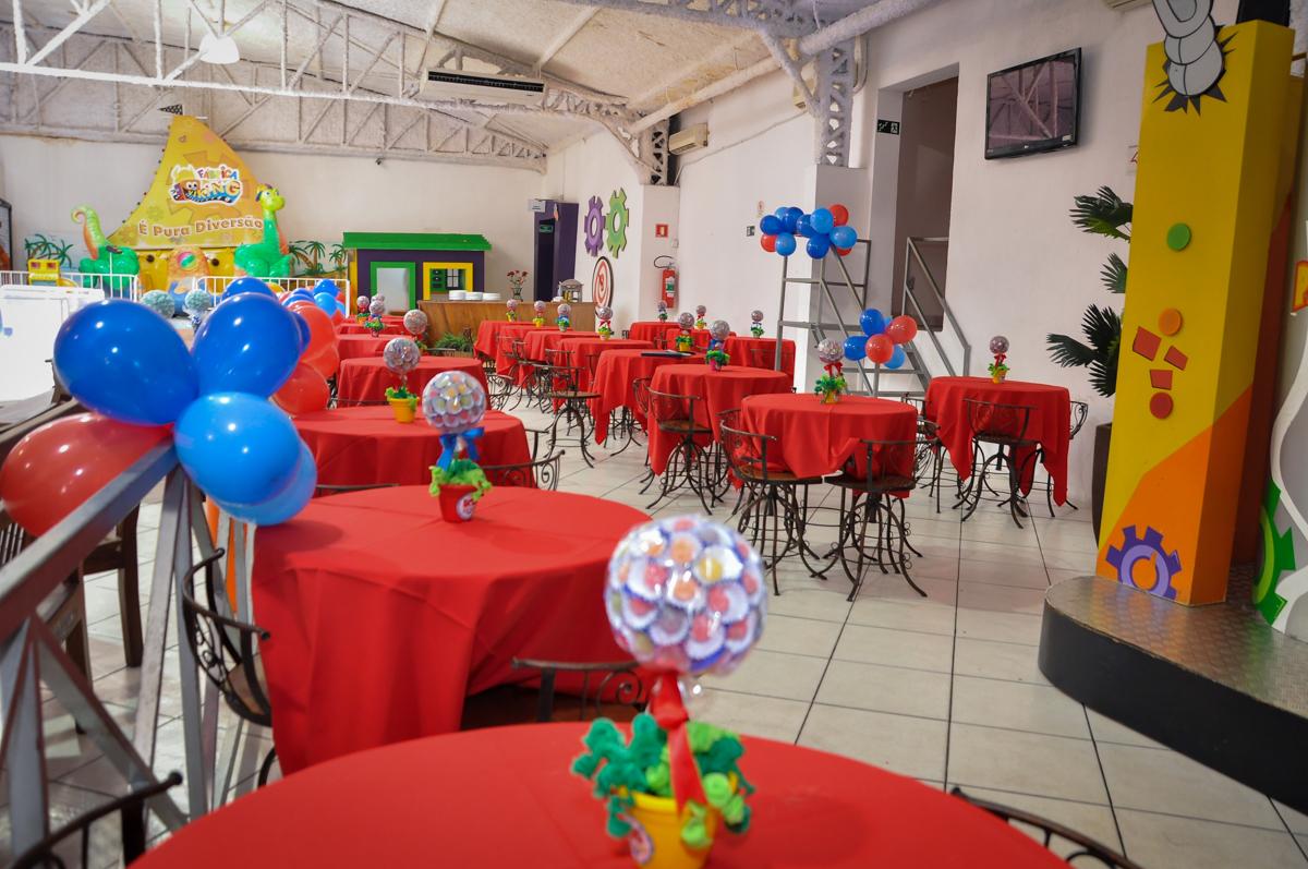 decoração das mesas no Buffet Fábrica da Alegria, Osasco, festa do Levi 1 aninho, tema da festa Bob zoom