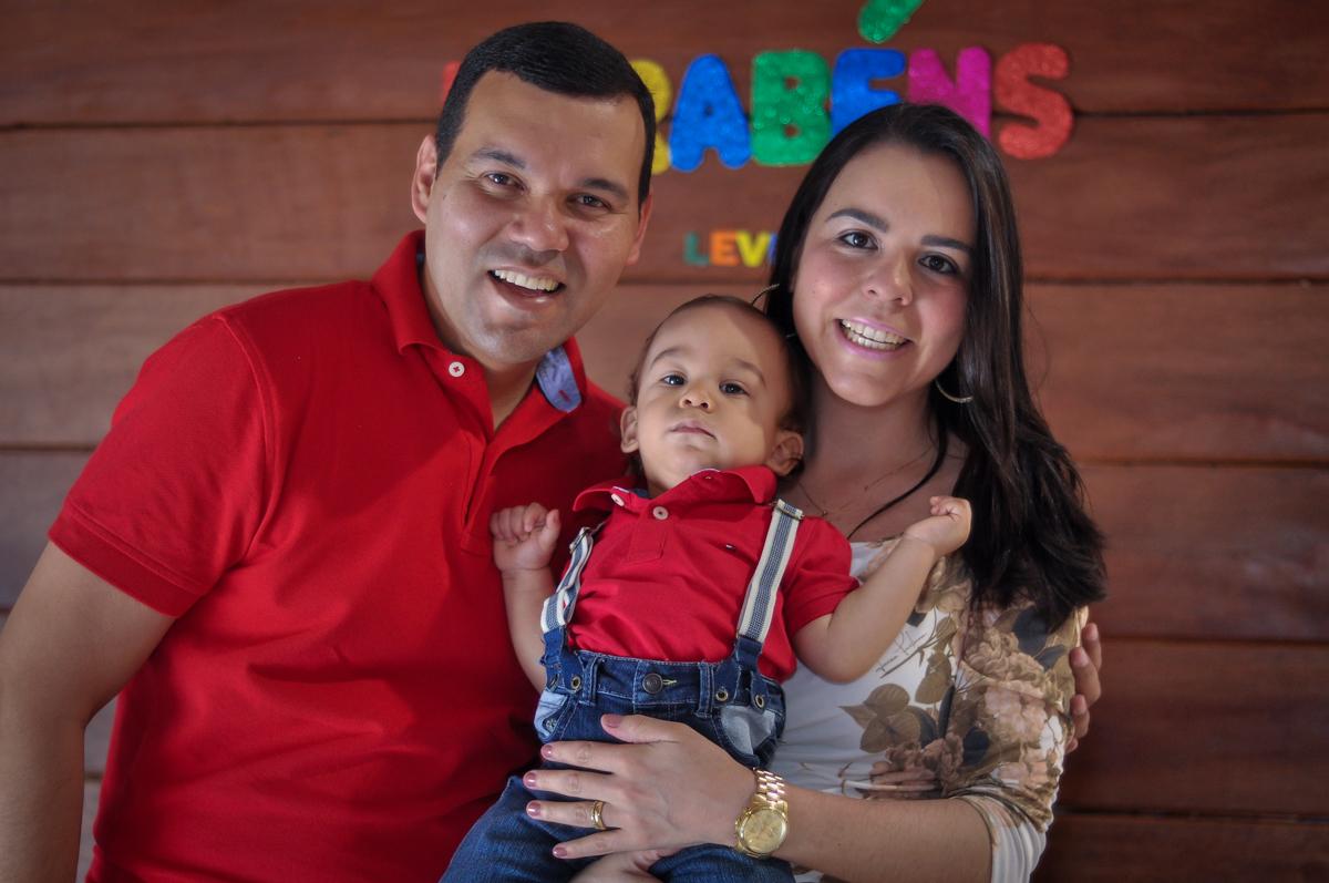 foto dos pais com o aniversariante no Buffet Fábrica da Alegria, Osasco, festa do Levi 1 aninho, tema da festa Bob zoom