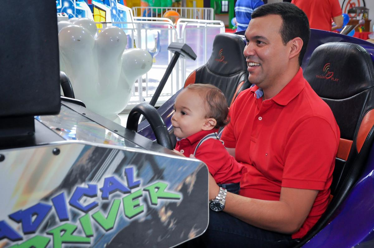 O aniversariante com seu pai dirigindo o carrinho no Buffet Fábrica da Alegria, Osasco, festa do Levi 1 aninho, tema da festa Bob zoom