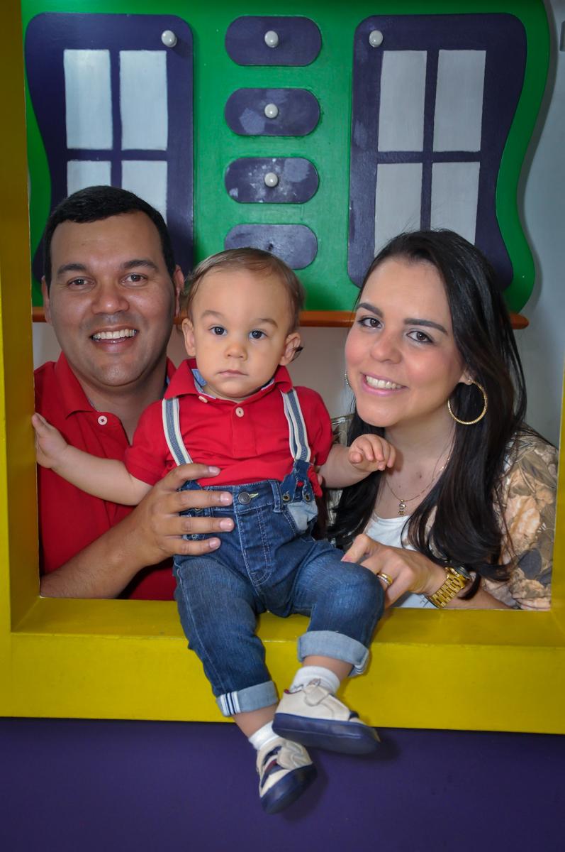 O aniversariante e seus pais posam para foto na casinha no Buffet Fábrica da Alegria, Osasco, festa do Levi 1 aninho, tema da festa Bob zoom