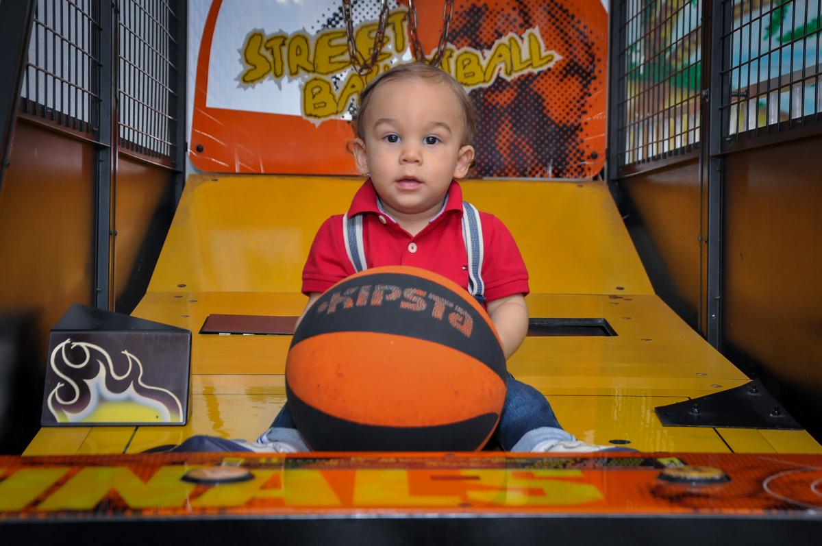 O aniversariante brinca no basquete no Buffet Fábrica da Alegria, Osaco,festa do Levi 1 aninho, tema da festa Bob zoom