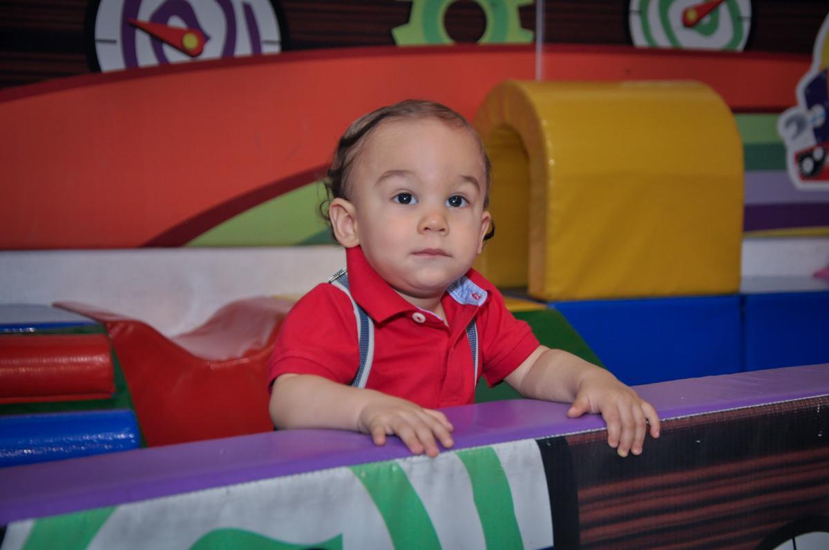 O aniversariante brinca na áres baby no Buffet Fábrica da Alegria, Osasco festa do Levi 1 aninho, tema da festa Bob zoom