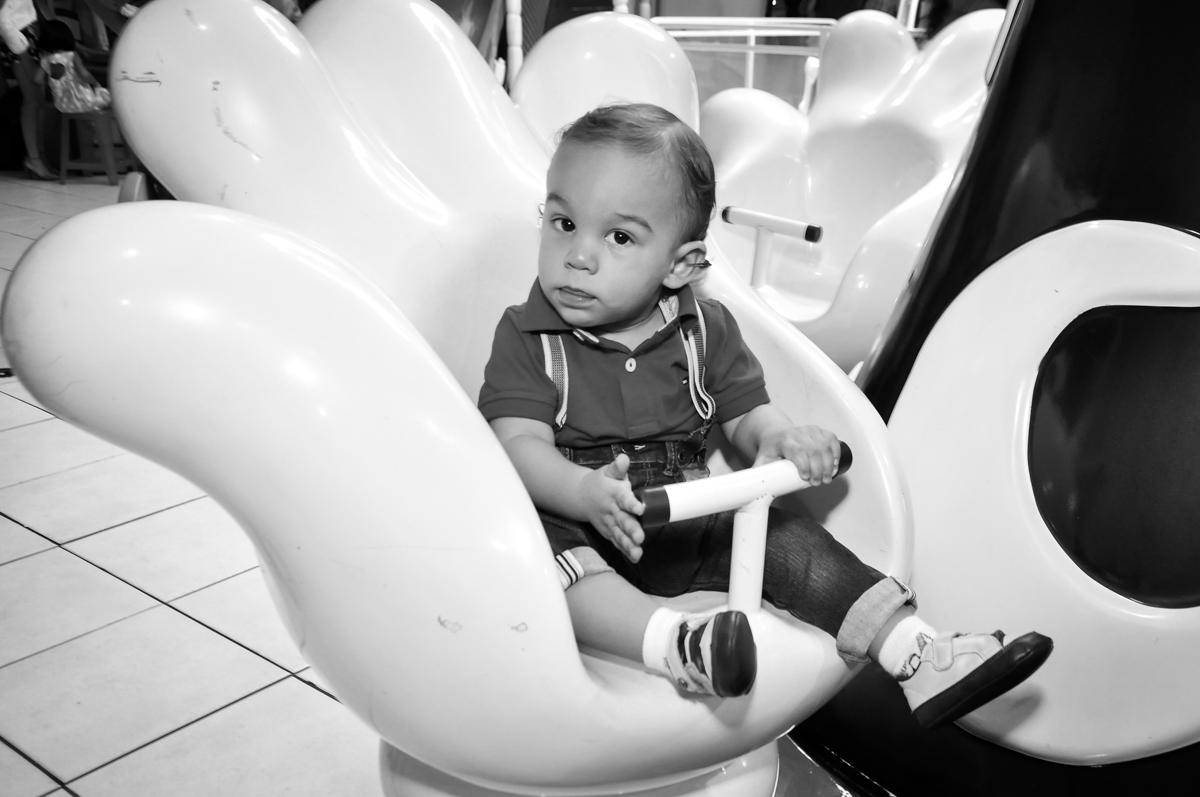 O aniversariante brinca no carrossel no Buffet Fábrica da Alegria, Osasco, festa do Levi 1 aninho, tema da festa Bob zoom