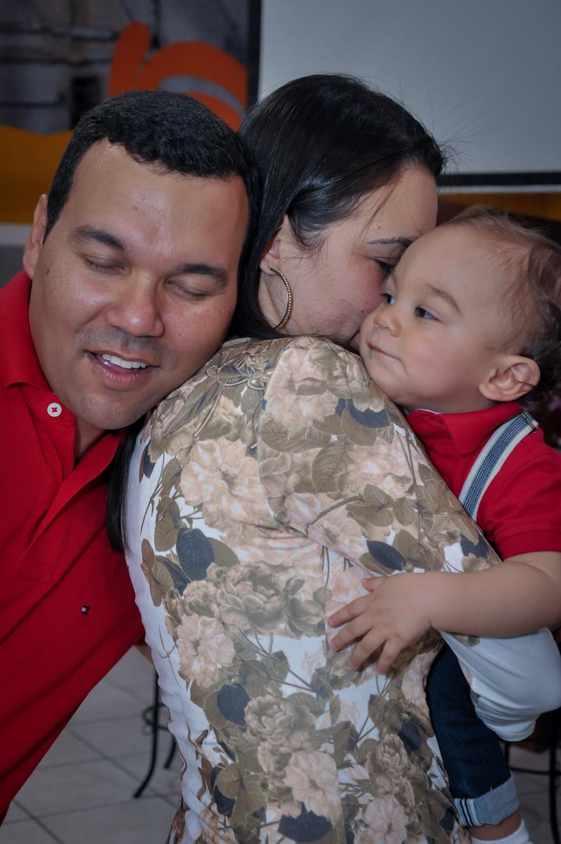 carinho em família no Buffet Fábrica da Alegria, Osasco, festa do Levi 1 aninho, tema da festa Bob zoom