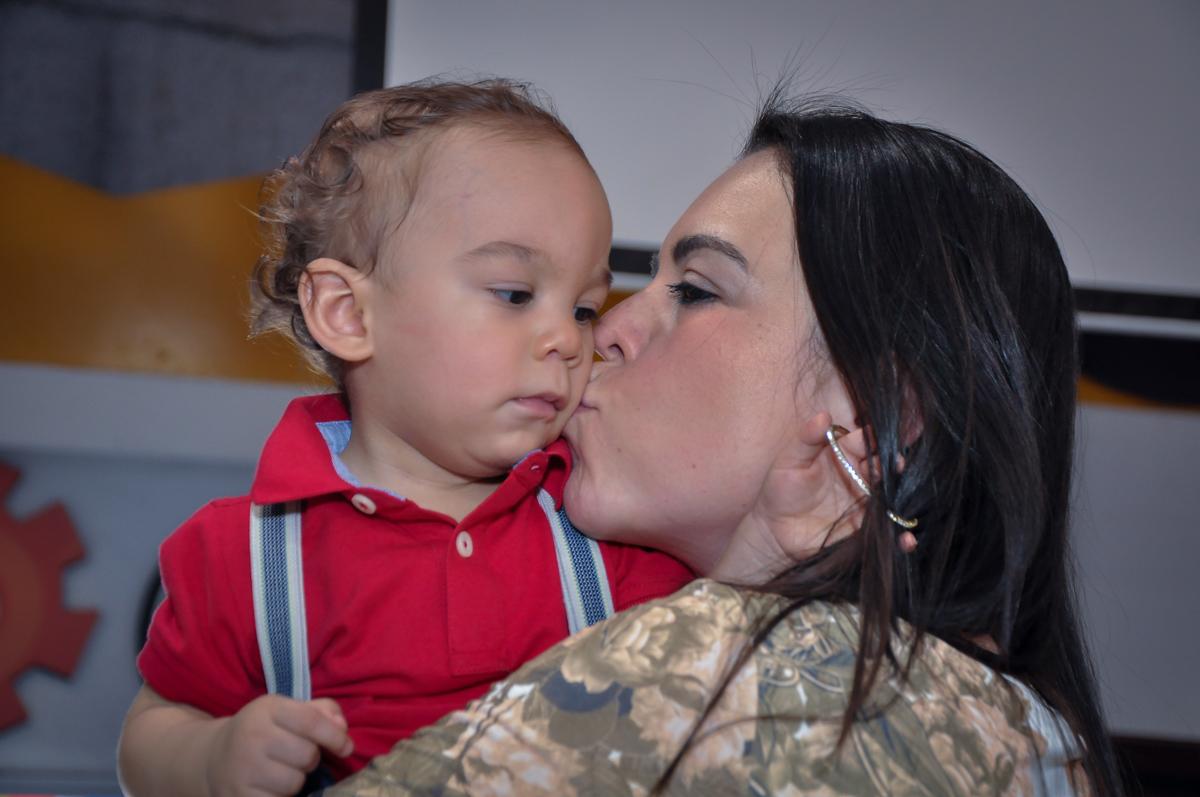 beijinho da mamãe no aniversariante no Buffet Fábrica da Alegria, Osasco, festa do Levi 1 aninho, tema da festa Bob zoom