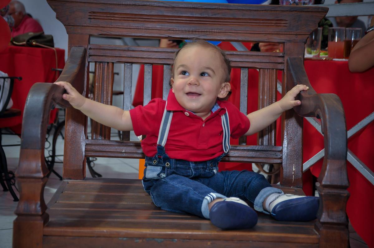 O aniversariante brinca no banco do Buffet Fábrica da Alegria, Osasco, festa do Levi 1 aninho, tema da festa Bob zoom