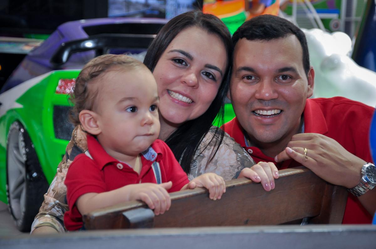 foto da família no Buffet Fábrica da Alegria, Osasco, festa do Levi 1 aninho, tema da festa Bob zoom