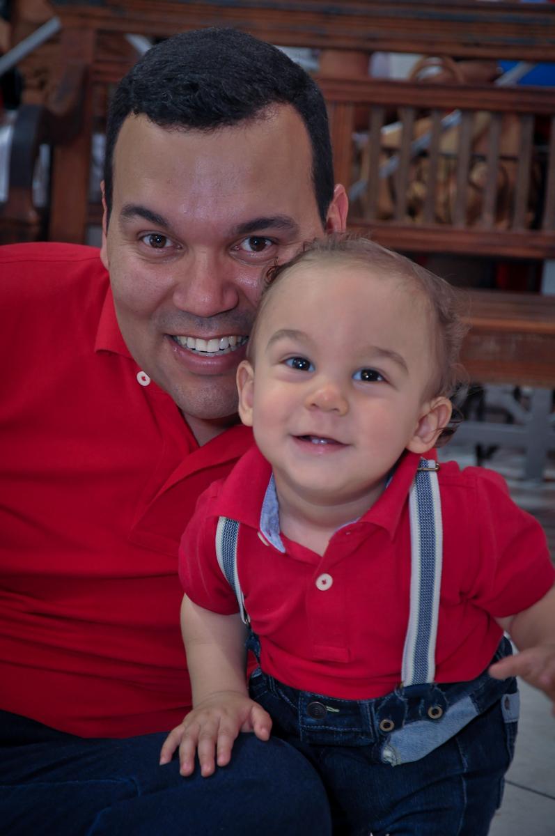 O aniversariante com o papai no Buffet Fábrica da Alegria, Osasco, festa do Levi 1 aninho, tema da festa Bob zoom