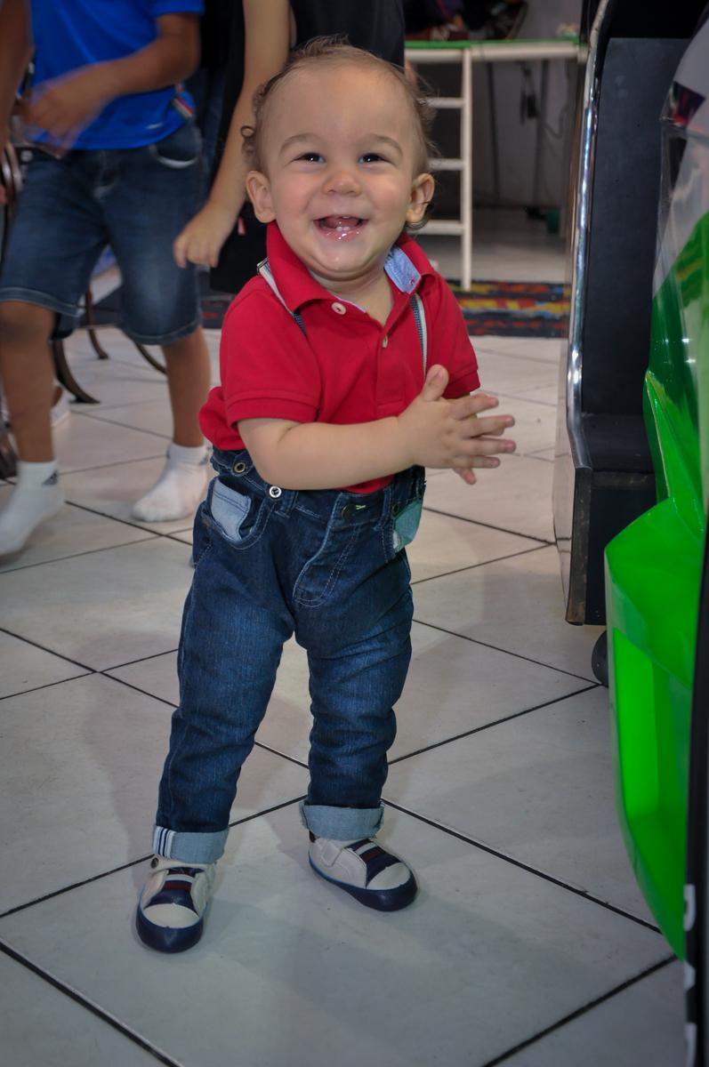 O aniversariante da seus primeiros passinhos no Buffet Fábrica da Alegria, Osasco, festa do Levi 1 aninho, tema da festa Bob zoom
