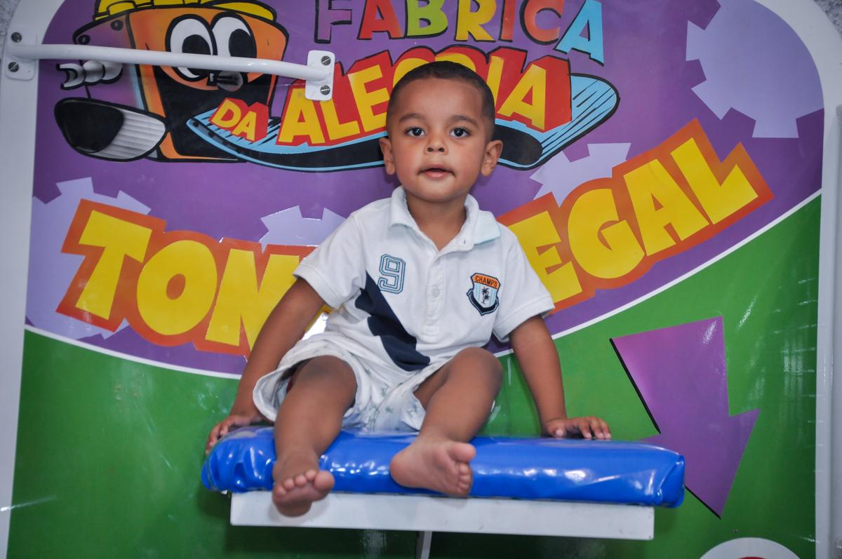 O amiguinho brinca no tombo legal no Buffet Fábrica da Alegria, Osasco, festa do Levi 1 aninho, tema da festa Bob zoom