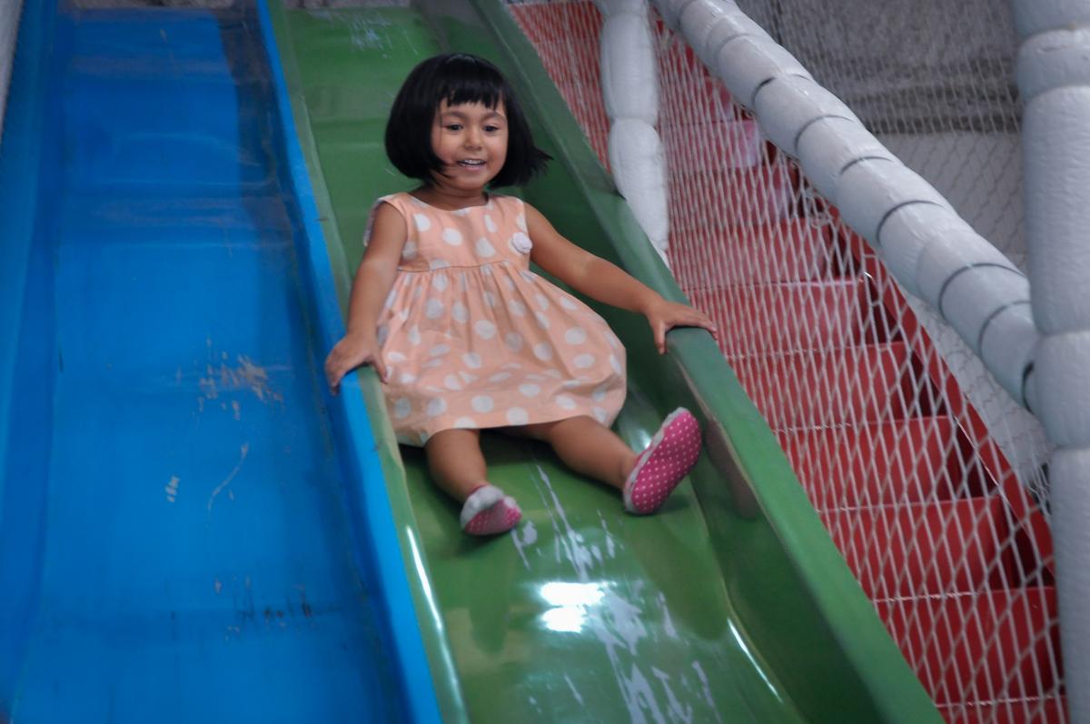 Brincadeiras divertida no escorregador do brinquedão no Buffet Fábrica da Alegria, Osasco, festa do Levi 1 aninho, tema da festa Bob zoom