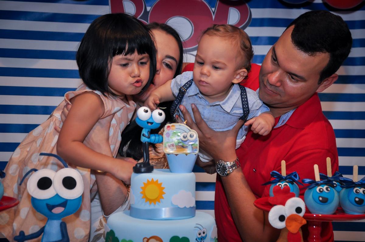 soprando velinha do bolo no Buffet Fábrica da Alegria, Osasco, festa do Levi 1 aninho, tema da festa Bob zoom