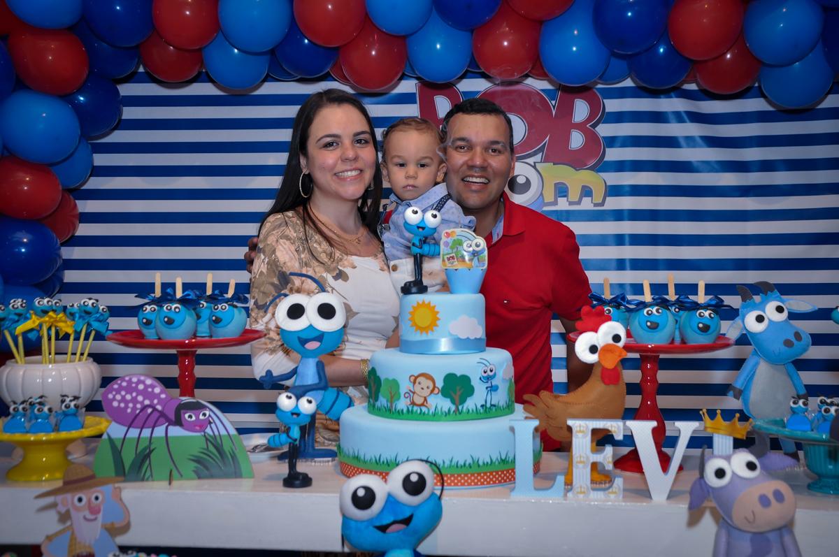 A família faz foto na mesa do bolo no Buffet Fábrica da Alegria, Osasco, festa do Levi 1 aninho, tema da festa Bob zoom