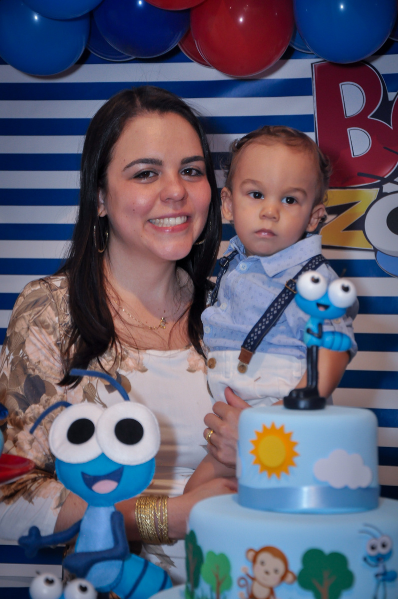 mamãe feliz com o aniversariante no Buffet Fábrica da Alegria, Osasco, festa do Levi 1 aninho, tema da festa Bob zoom