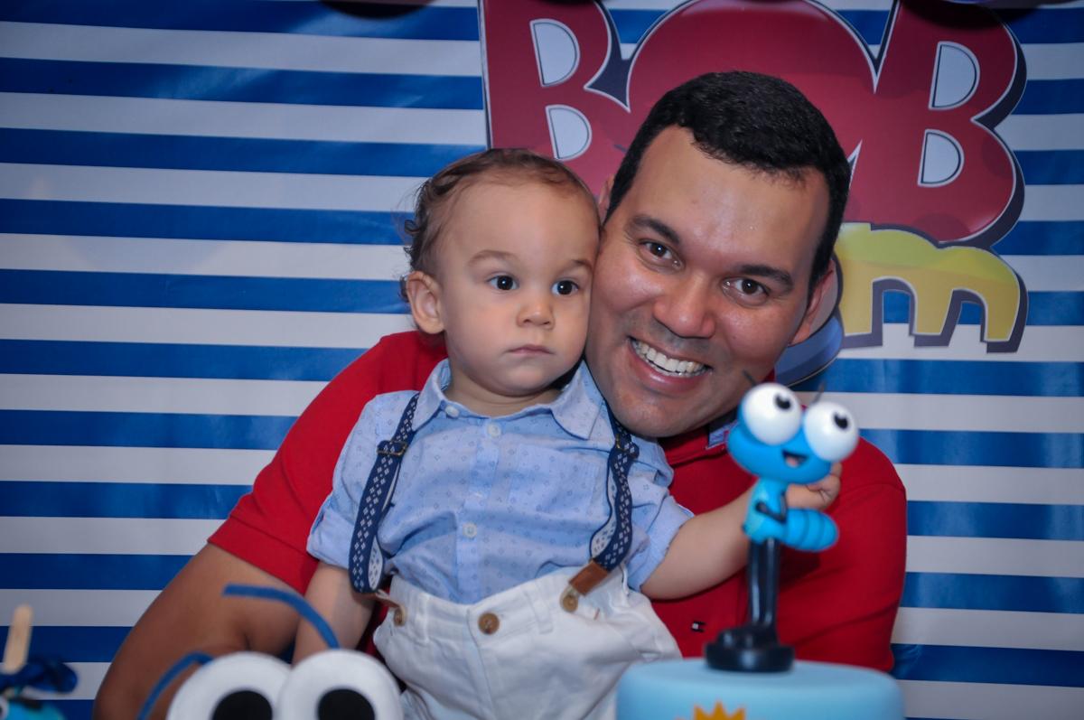 O papai do aniversariante feliz no final da festa no Buffet Fábrica da Alegria, Osasco, festa do Levi 1 aninho, tema da festa Bob zoom