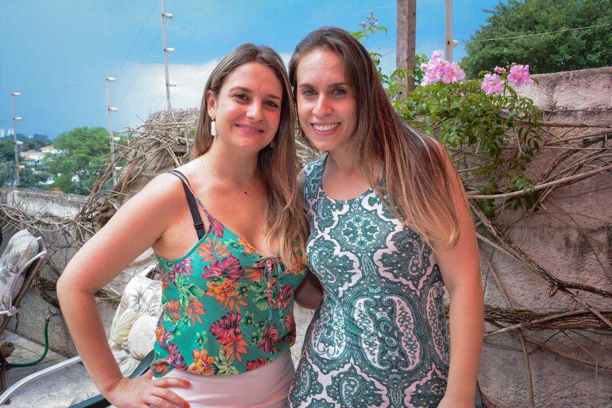 as amias da mãe do aniversariante sendo fotografada no Condomínio Morumbi, São Paulo festa Leonardo 1 aninho, tema Mickey