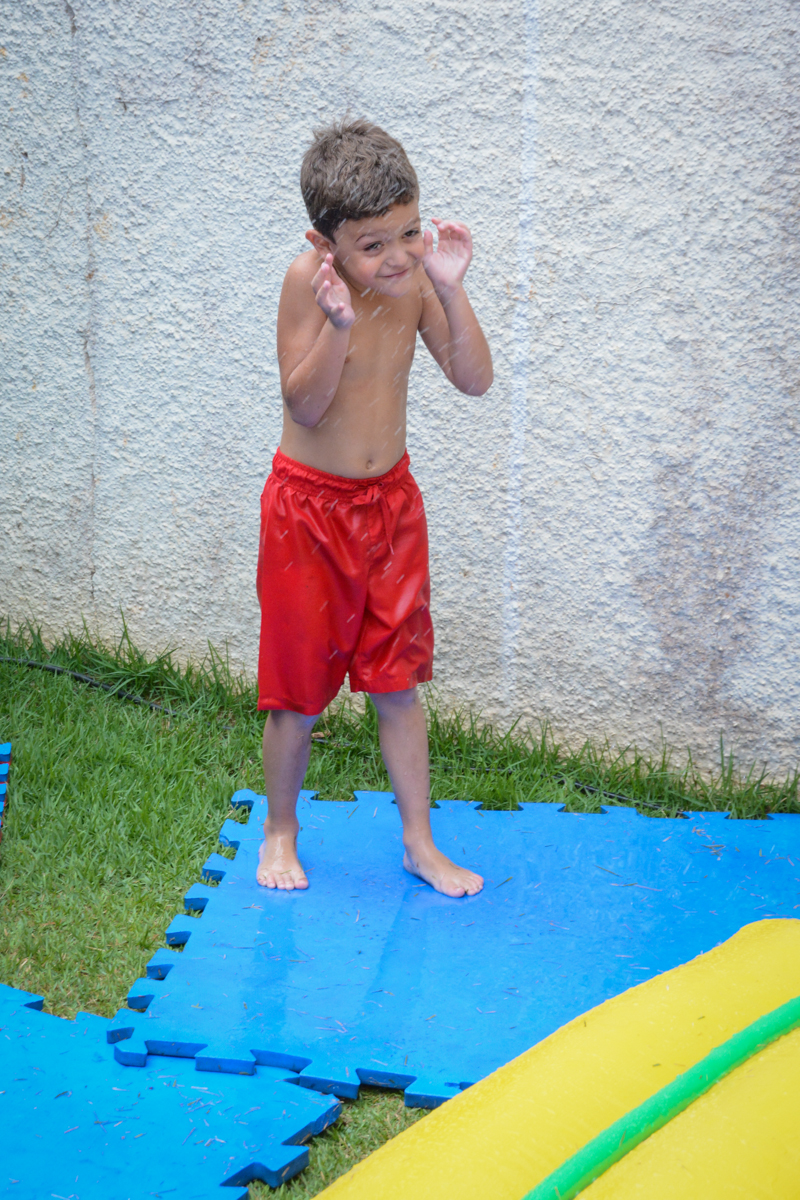 brincadeiras na piscina no Condomínio Morumbi, São Paulo festa Leonardo 1 aninho, tema Mickey