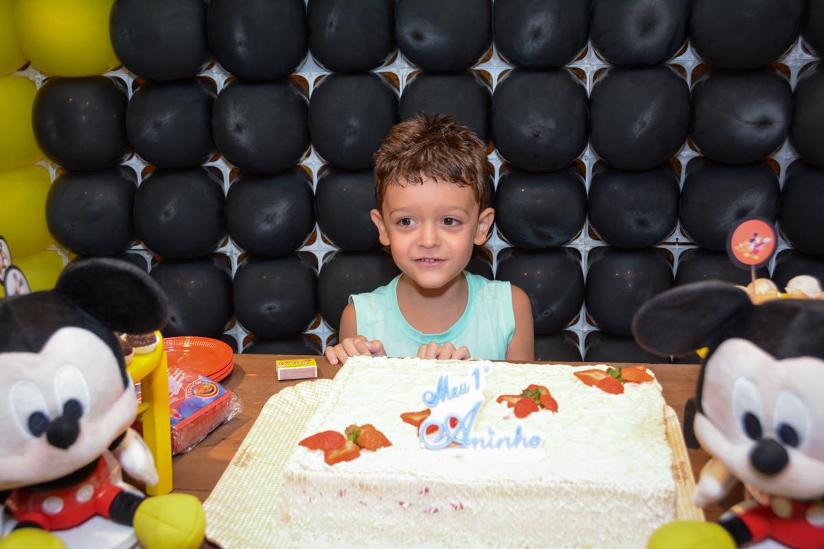 irmão do aniversariante em frente o bolo no Condomínio Morumbi, São Paulo festa Leonardo 1 aninho, tema Mickey