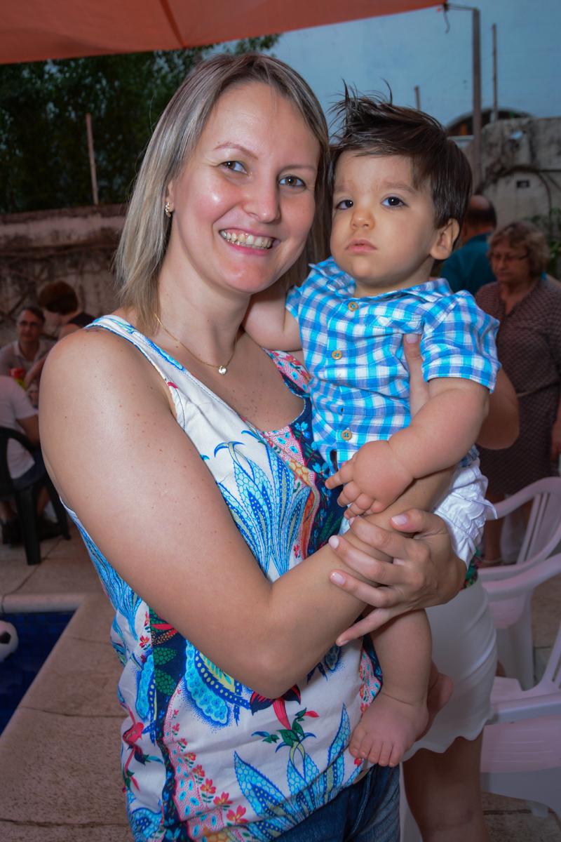 o aniversariante desfruta de colinho da convidada no Condomínio Morumbi, São Paulo festa Leonardo 1 aninho, tema Mickey