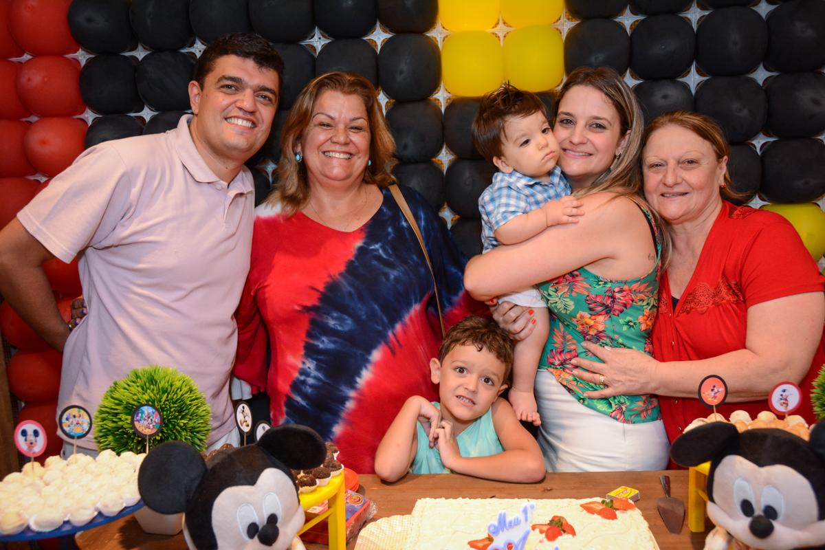 foto da família no Condomínio Morumbi, São Paulo festa Leonardo 1 aninho, tema Mickey