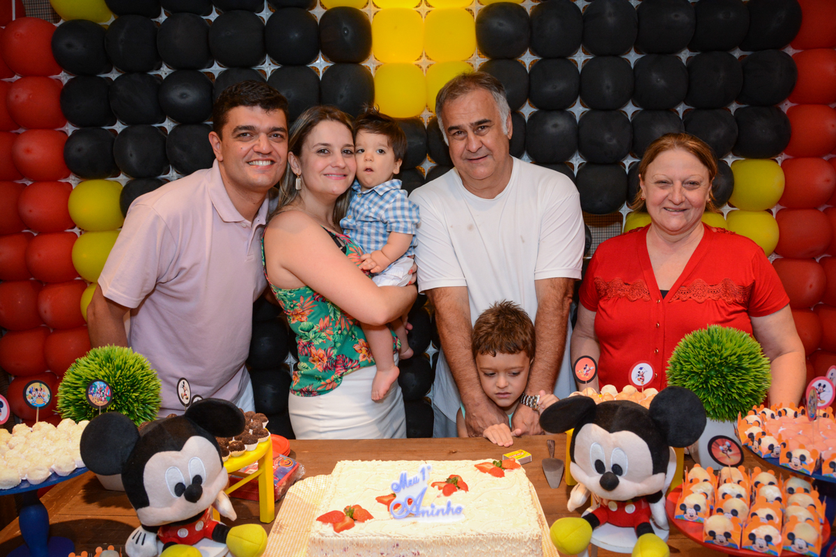 os avós com o aniversariante na mesa do bolo no Condomínio Morumbi, São Paulo festa Leonardo 1 aninho, tema Mickey